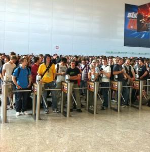Die wartenden Besucher vor dem Eingang der Gamescom 2011